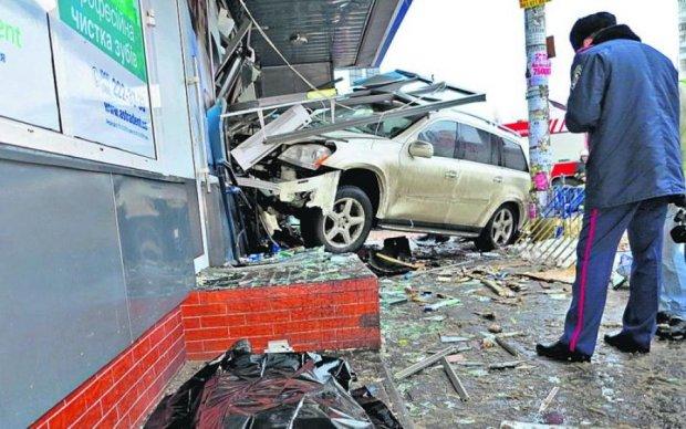 """Євробляха на повному ходу """"припаркувалась"""" у київський банк: фото"""