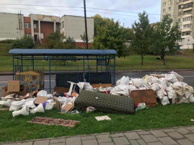 """Коммунальщики Садового """"закидали"""" львовян мусором перед выборами"""
