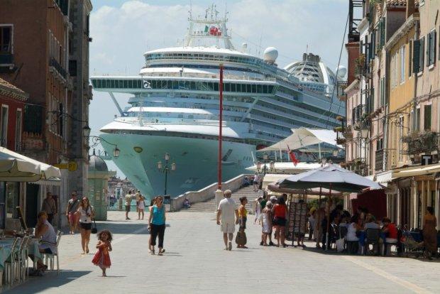 Громадный круизный лайнер на скорости протаранил туристический катер: люди прыгали в воду, чтобы спастись