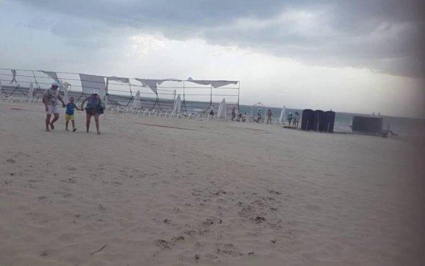 У мережі показали, як негода трощить український курорт