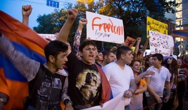 В Армении активист зашил себе рот