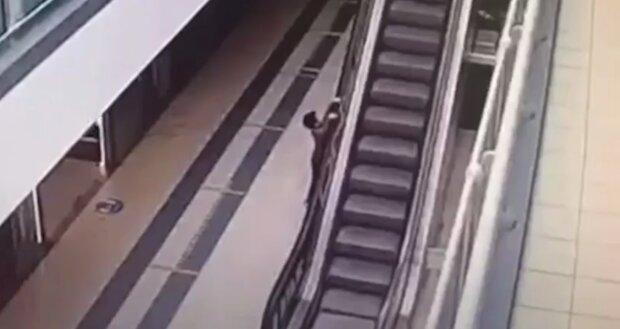 Ребенок на эскалаторе, скриншот: Youtube