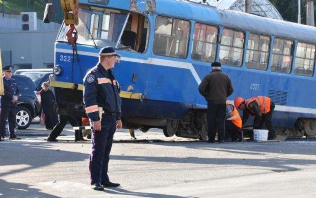В Одессе полный трамвай людей сошел с путей: фото
