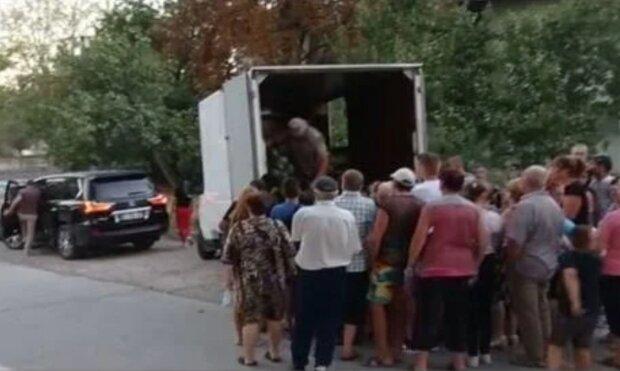 Депутат роздавав кавуни виборцям, фото: Фейсбук
