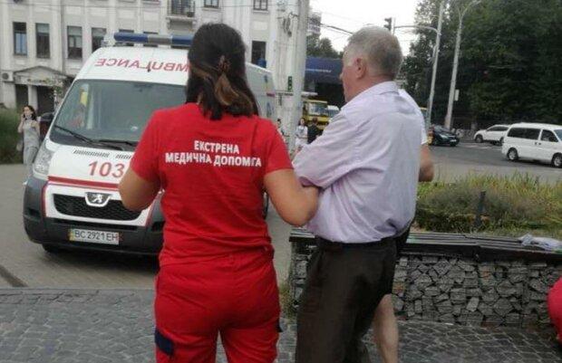 """Львівські медики 40 хвилин """"маринували"""" дідуся на спеці: """"Скоріше можна померти, ніж дочекатися швидкої"""""""