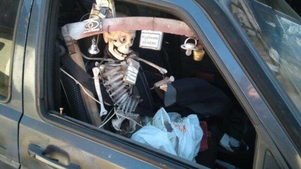 """Скелет поруч з водієм: Києвом роз'їжджає """"машина смерті"""", моторошний момент потрапив на камеру"""