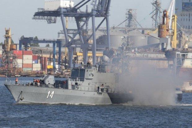"""Береговая охрана молниеносно взяла штурмом """"нарко-судно"""": видео, достойное сюжета для блокбастера"""