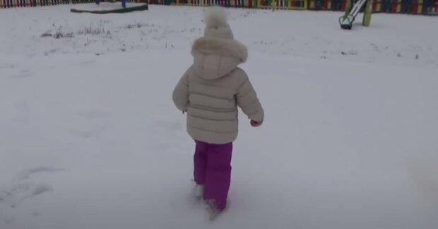 Ребенок на детской площадке, скриншот: Youtube