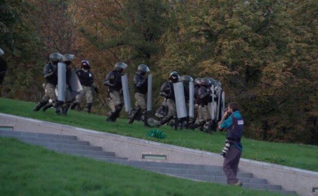 Таємна інавгурація Лукашенка вивела на вулиці всю Білорусь: в хід йдуть кийки і водомети, беззбройні люди грудьми кидаються на омон