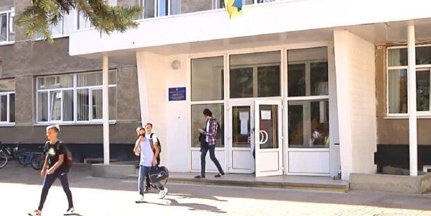 Школьникам Франковска отключат питьевые фонтаны и отменят шведские столы - еда только в лотках