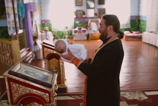 Крещение ребенка, кадр из видео