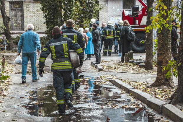 У Києві горів житловий будинок: людей витягали прямо з під'їзду, палахкотіло аж до даху