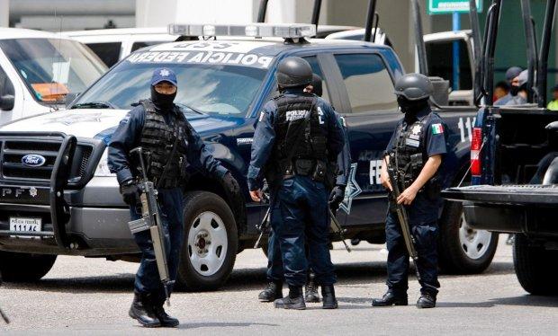 Натовп по-звірячому спалив двох невинних на очах у поліції: відео суворо 18+