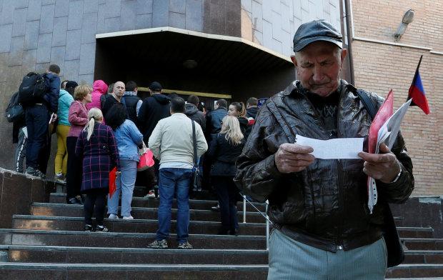 """Длинные очереди, бешеная стоимость и избирательность: как Путин """"впаривает"""" паспорта РФ на Донбассе"""