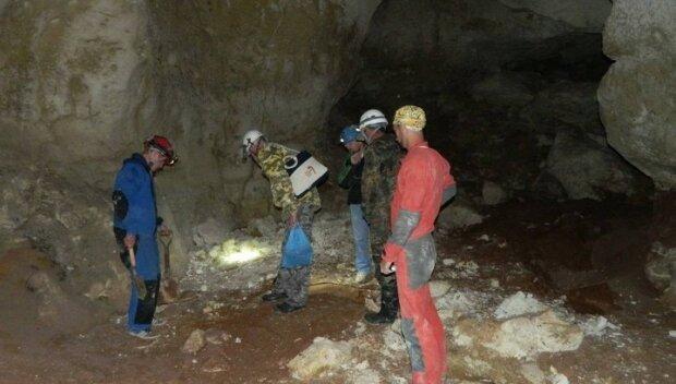 Под Харьковом наткнулись на таинственную пещеру, ученые ломают головы над странным посланием: кадры из-под земли