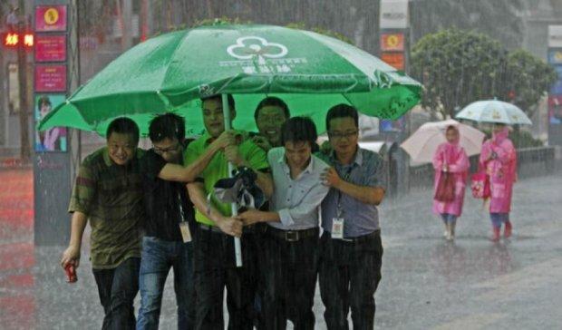 Тисячі людей евакуювали через сильні зливи у Китаї