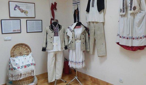 На Закарпатті демонструють вбрання та вишивку справжніх гуцулів (фото)