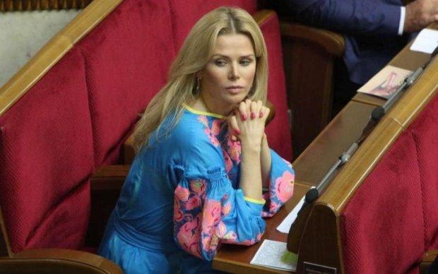 """Депутат """"воюючої країни"""" вдягнула у Раду 105 пенсій"""