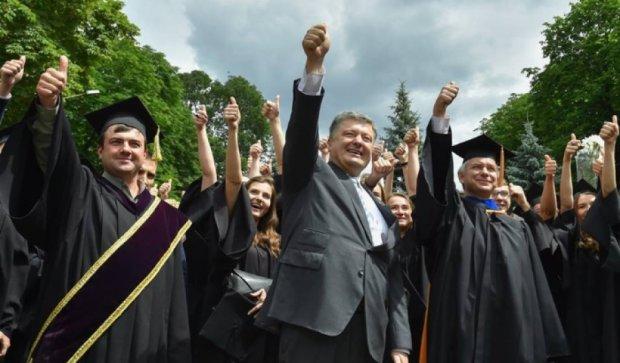 Порошенко взяв участь у флеш-мобі до 400-річчя Могилянки (відео)