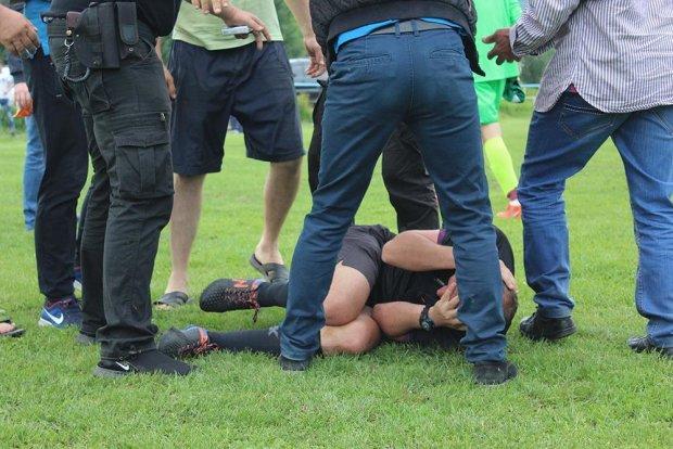Рефери отхватил от украинских болельщиков прямо на матче: разъяренную толпу оттаскивал целый отряд