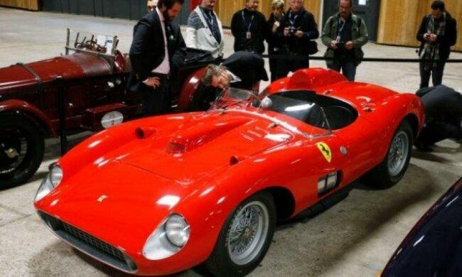 Месси выиграл торги за самый дорогой Ferrari у Роналду