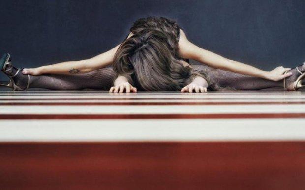 Девушки раздвигают ноги: в сети появился странный флешмоб