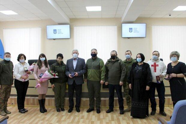 На Донбассе наградила волонтеров за помощь украинским воинам, фото: штаб ООС