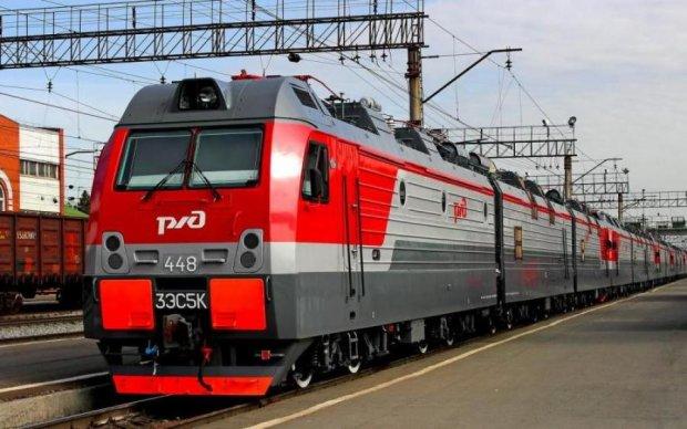 Поезд протаранил грузовик российских военных