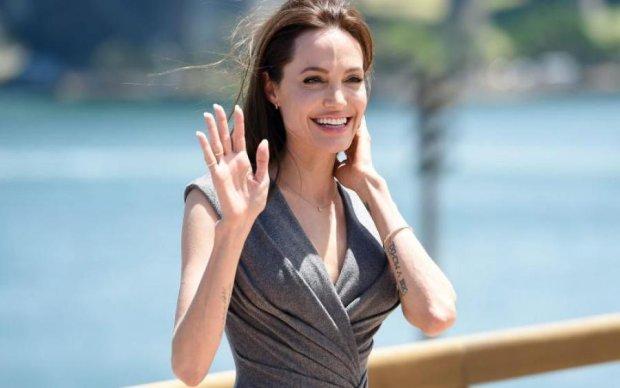 Анджелина Джоли засветила шикарную фигуру в откровенном платье