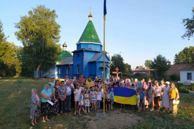 На Вінниччині фанат Путіна обібрав церкву, державний прапор - на смітник: злодія натовкли усім селом