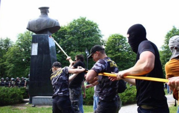 """Жуков спровокував у Харкові новий скандал: одіозного депутата окропили зеленкою, вкрав """"тренд"""" Ляшка"""