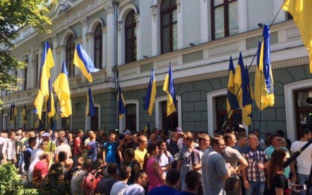 Киевлянину досталось за плакат с Порошенко: видео