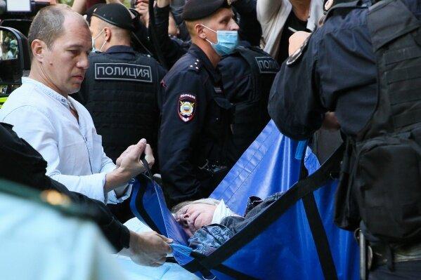 Под прицелом камер: как дети Ефремова переживают то, что происходит с их отцом