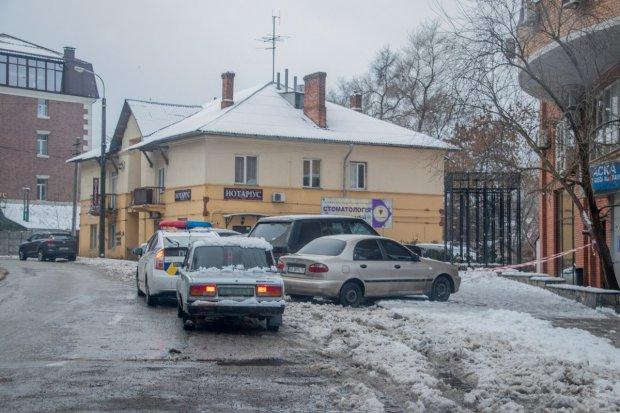 Під Києвом жінка виявила в канаві понівечений труп: виволік та втопив
