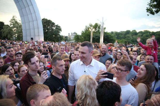 """Кличко показал столичное """"гостеприимство"""" всей Украине: баррикады и орлы с перегаром, """"не*уй шастать"""""""
