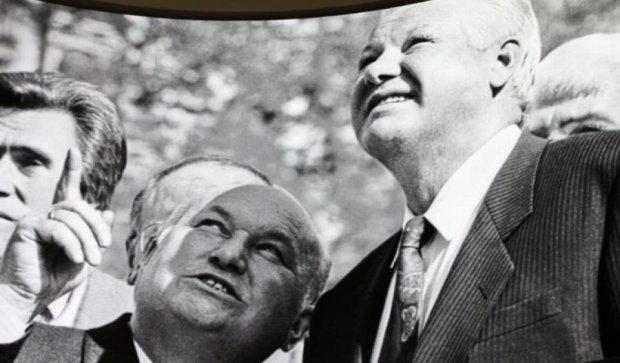 """Ельцин с """"ядерным чемоданчиком"""" появивлся в Екатиренбурге  (фото)"""