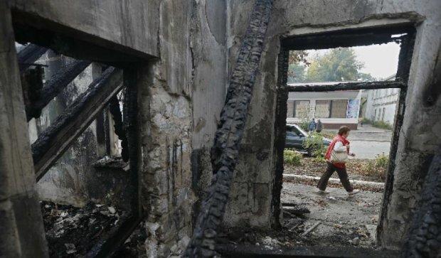 10 домов уничтожено за одну ночь: боевики безжалостно обстреливают села Луганщины
