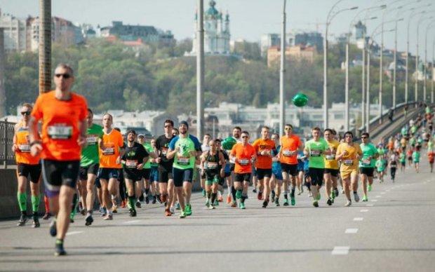 У Києві 11 тисяч людей безкоштовно пробігли понад 21 км: відео