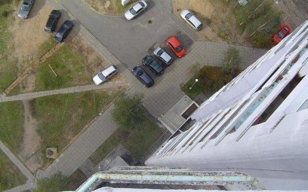 Ви не повірите: киянка упіймала сусіда, який випав з вікна