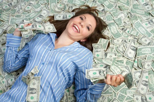 Девушка в деньгах, фото из свободных источников