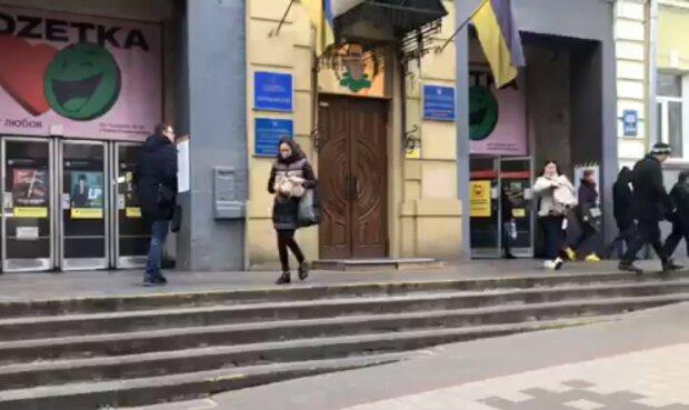 біля метро, Київ, скріншот з відео
