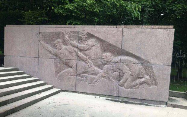 Во Львове ночные вандалы разгромили памятник Каменяру - стыдно читать, что там теперь написано