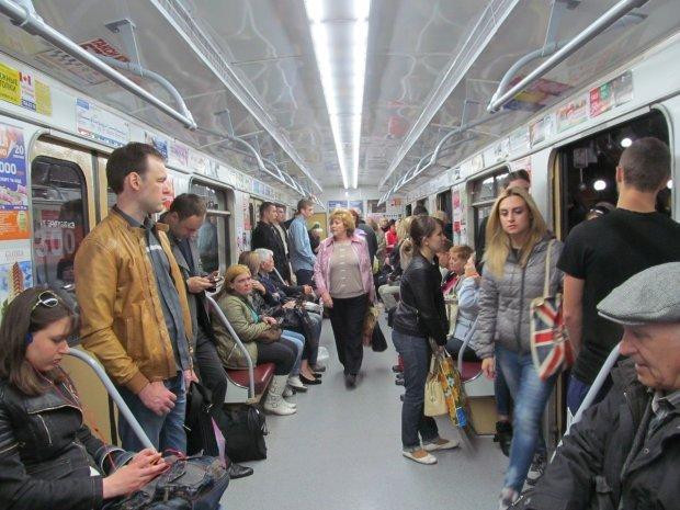 """Київське метро """"полонило"""" тисячі людей: що відбувається"""