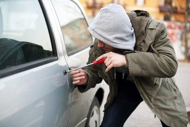 У Києві спіймали іноземця, що обносив машини: сигналізацію відключав сканер