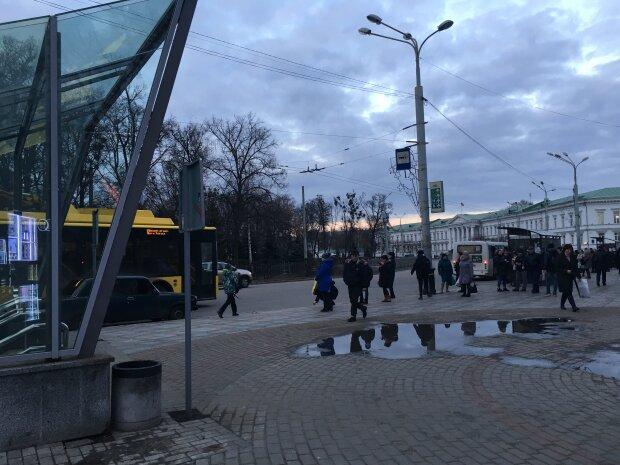 """Во Львове водитель троллейбуса с полицейскими запустили лапы в кошелек пенсионерке, закончилось плохо - """"в шаге от инсульта"""""""