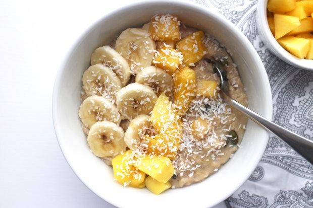 Отличная идея для завтрака: каша с бананом и кокосом