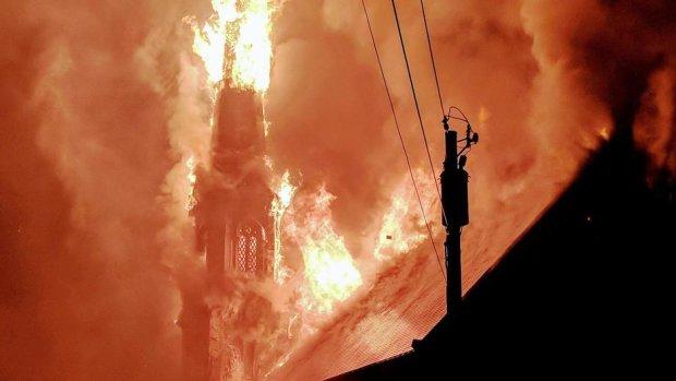 Блискавка спалила церкву прямо під час служби, рятувальники не встигли допомогти