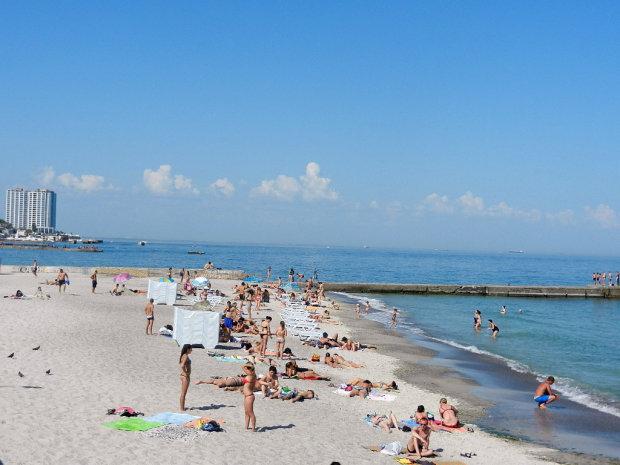 """Одессит искупал грузовик в море: """"автобаня"""" попала на камеру, спасали всем пляжем"""