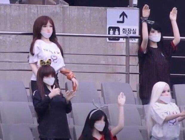 Секс-ляльки на футбольному матчі, фото Twitter