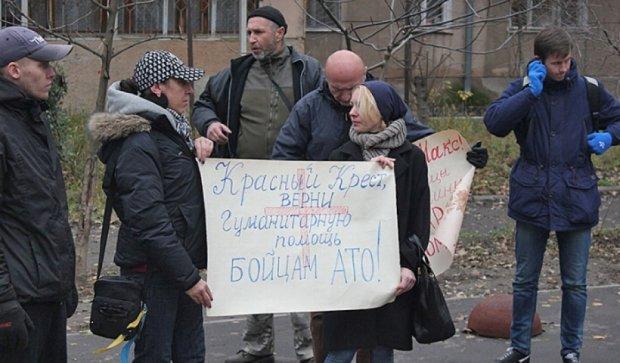 Одеські волонтери вимагають від «Червоного Хреста» повернути гумдопомогу (фото)